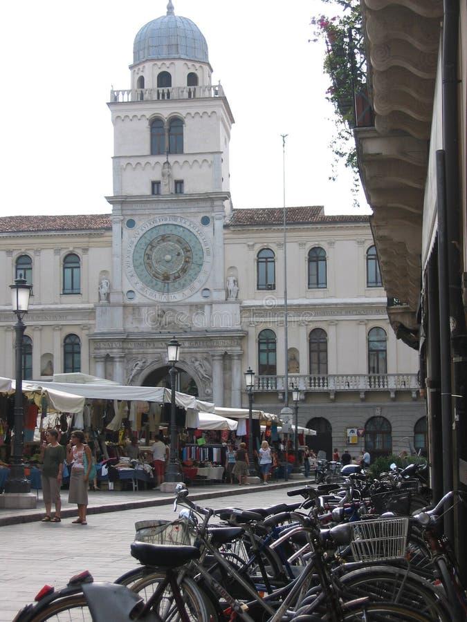 La torre del reloj que se inclina hacia fuera en la plaza de los señores a Padua Italia imagen de archivo libre de regalías