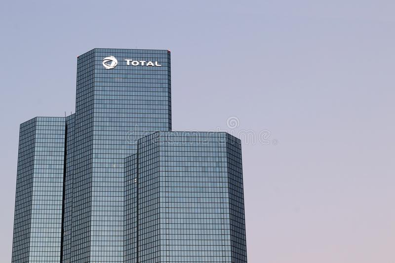 La torre del total de la compañía petrolera establece jefatura de la defensa del La en Courbevoie, París, Francia fotografía de archivo