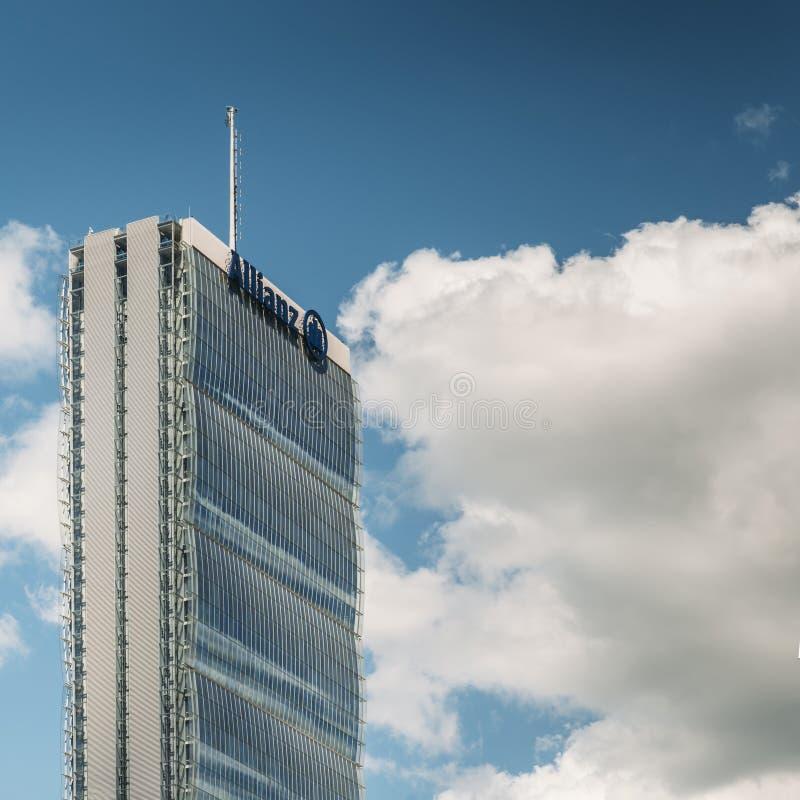 La torre dell'Allianz, quella diritta, è un grattacielo alto di 50 pavimenti a Milano, Italia Nuove sedi italiane dell'Allianz de immagine stock libera da diritti