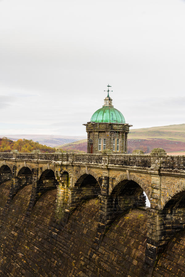 La torre dell'assunzione del bacino idrico e della diga di Craig Goch fotografia stock