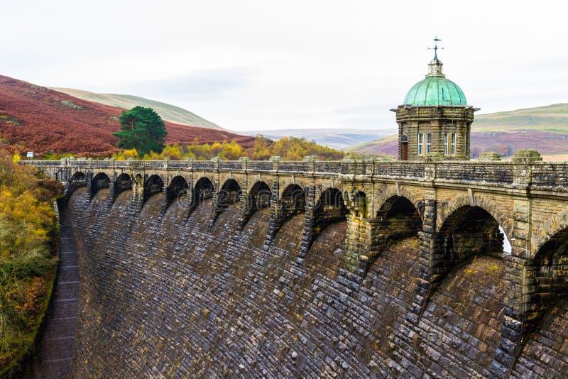 La torre dell'assunzione del bacino idrico e della diga di Craig Goch immagine stock