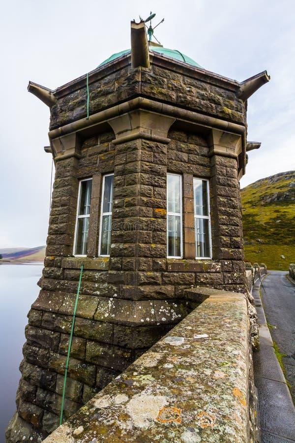 La torre dell'assunzione del bacino idrico e della diga di Craig Goch fotografie stock libere da diritti