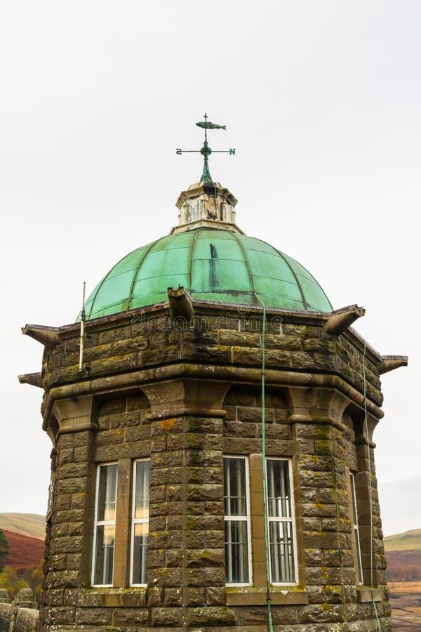 La torre dell'assunzione del bacino idrico e della diga di Craig Goch immagini stock