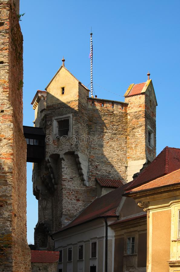 La torre dell'orologio nel castello di Pernstejn Questo castello costruito su una roccia sopra il villaggio di Nedvedice, regione fotografia stock