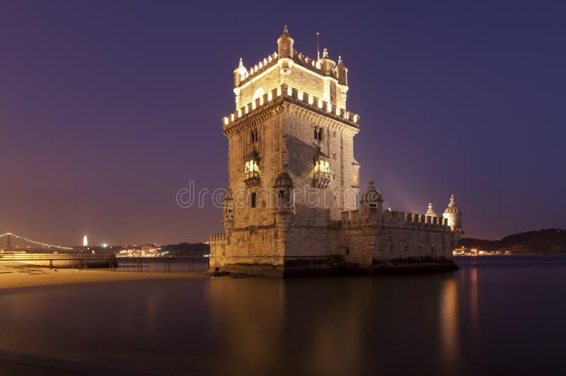 La torre di Belem, Lisbona, alla notte immagine stock