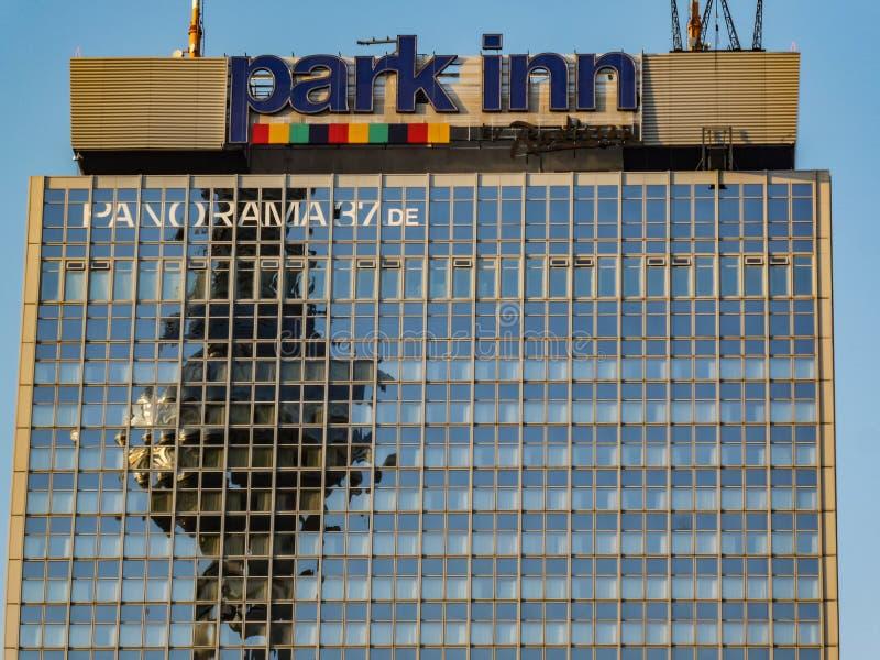 La torre di Berlin Tv ha riflesso sul grattacielo della locanda del parco immagine stock libera da diritti