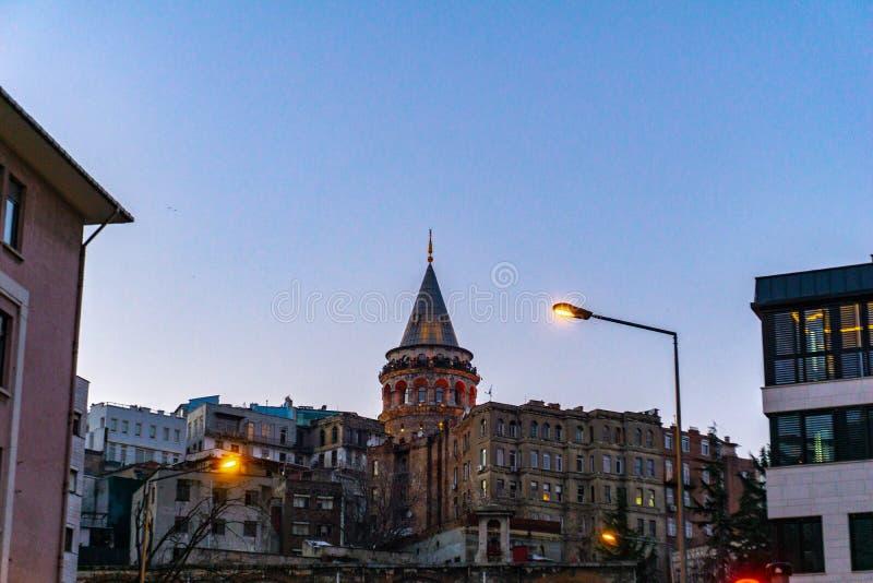 La torre di Galata fra le costruzioni del distretto di Karakoy Costantinopoli fotografie stock