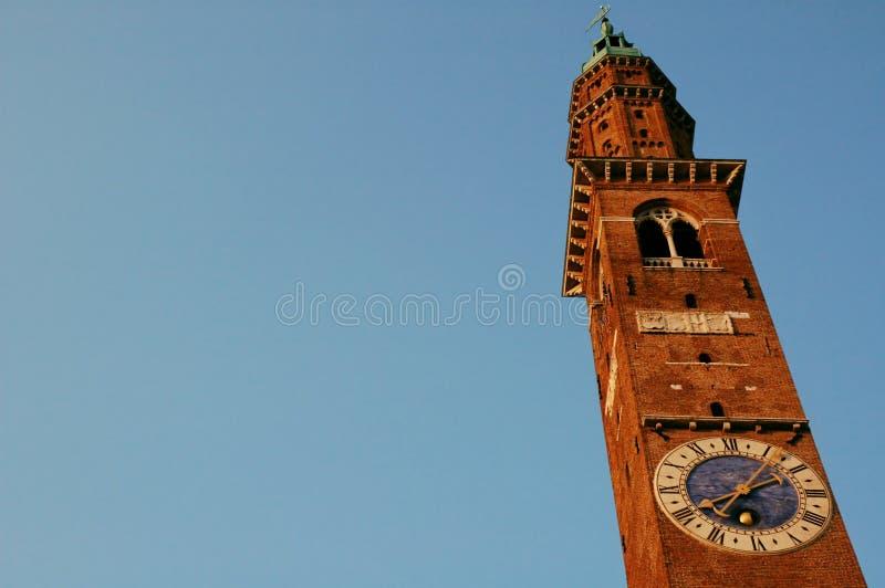 La torre di orologio con cielo blu in provincia italiana immagine stock