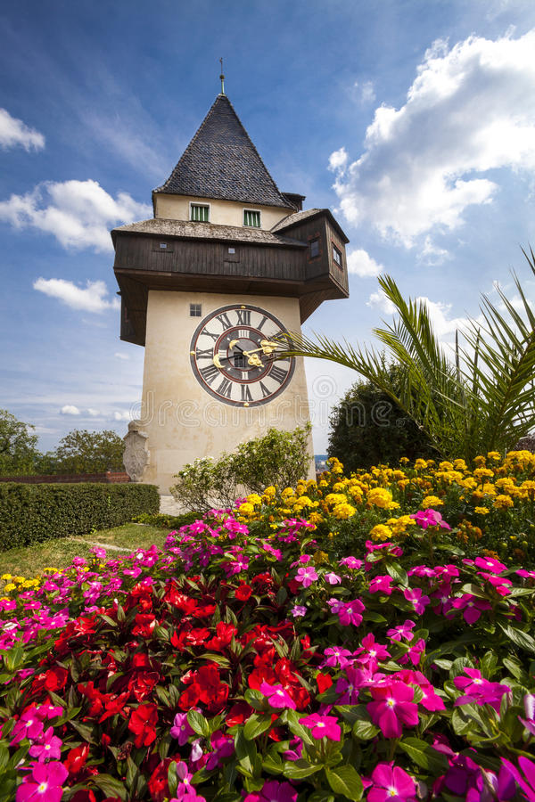 La torre di orologio (il Uhrturm) e giardino floreale Graz, Austria fotografia stock libera da diritti