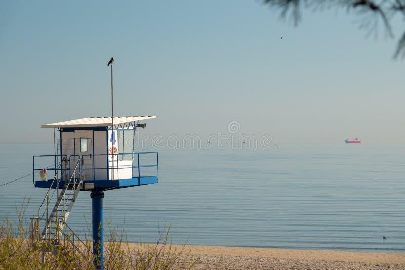 La torre di salvataggio sta sulla spiaggia di Ahlbeck in fine sopravvive immagine stock