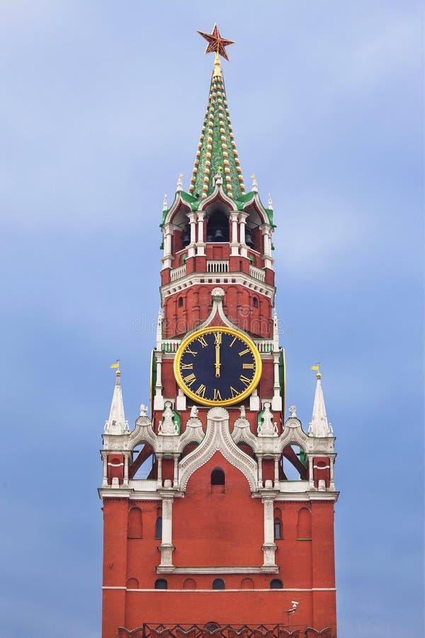 La torre di Spasskaya con l'orologio chiming del Cremlino fotografia stock libera da diritti