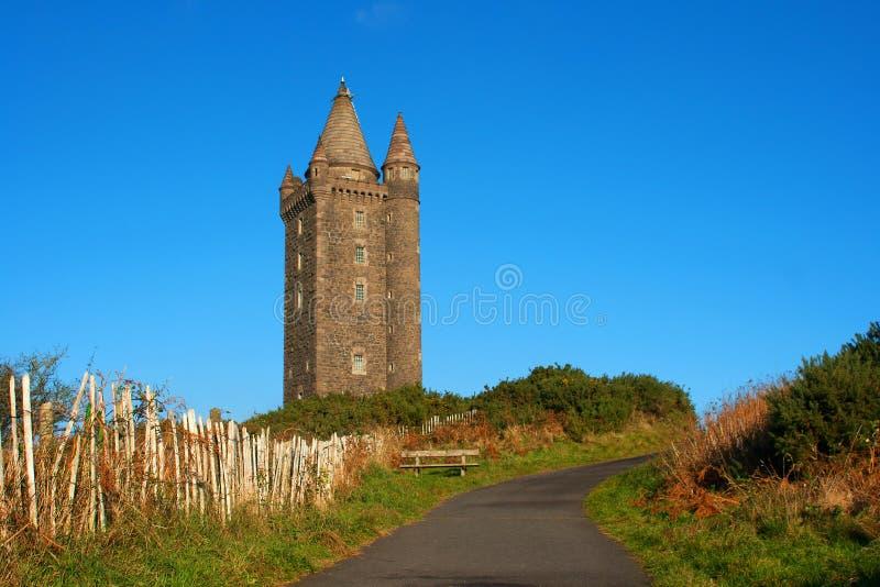 La torre di Turreted Scrabo costruita della pietra di Scrabo ha estratto dalla collina su cui sta fotografia stock libera da diritti