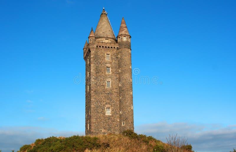 La torre di Turreted Scrabo costruita della pietra di Scrabo ha estratto dalla collina su cui sta fotografie stock libere da diritti