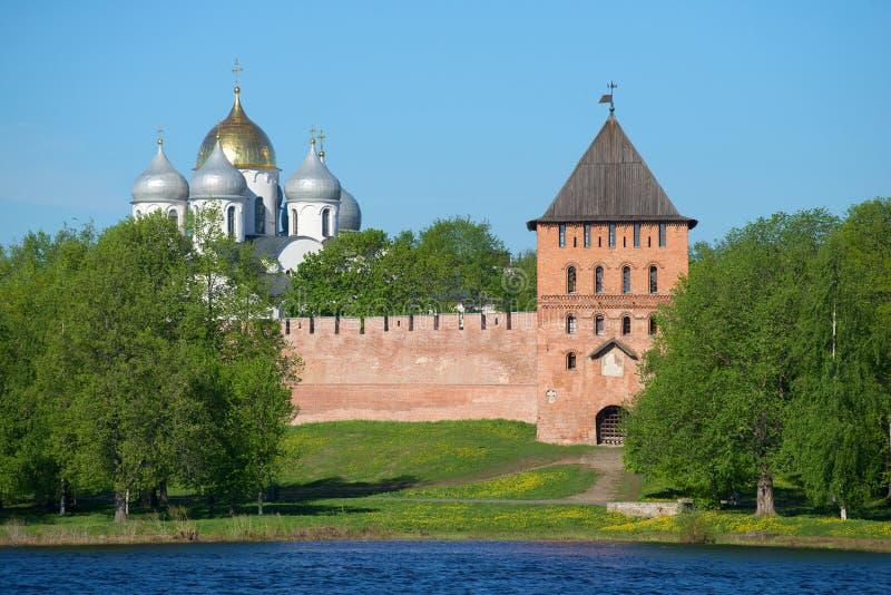 La torre di Vladimir e le cupole della st Sophia Cathedral su una mattina soleggiata possono Il Cremlino di Veliky Novgorod, Russ fotografie stock libere da diritti