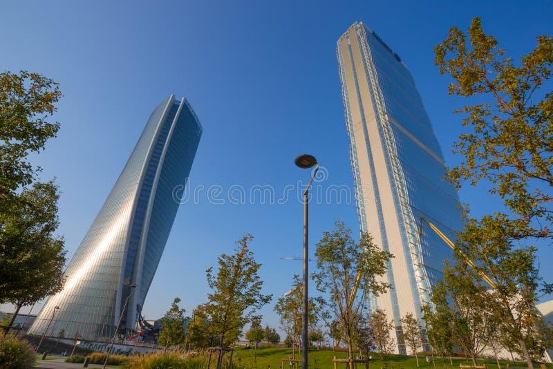 La torre e Hadid di Isozaki si elevano nel complesso del ` di vita di città del ` nel posto di 3 Torri Milan, in costruzioni mode immagine stock
