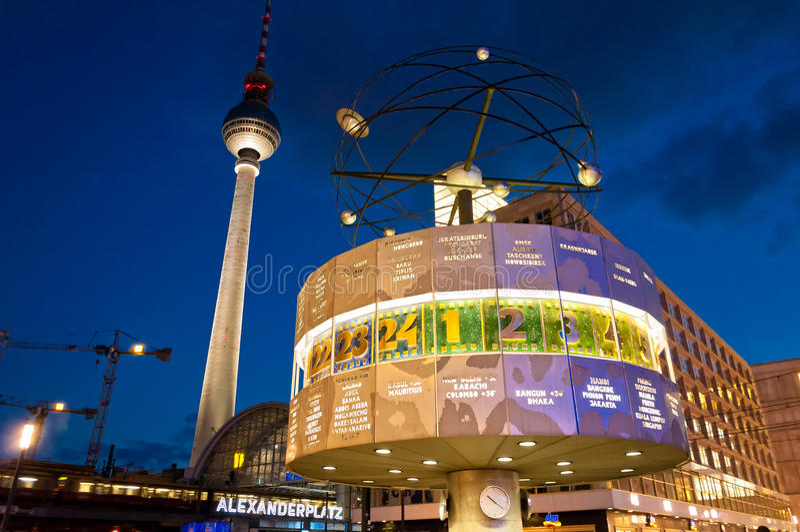 La torre ed il mondo della TV cronometrano la vista di notte a Berlino immagini stock libere da diritti