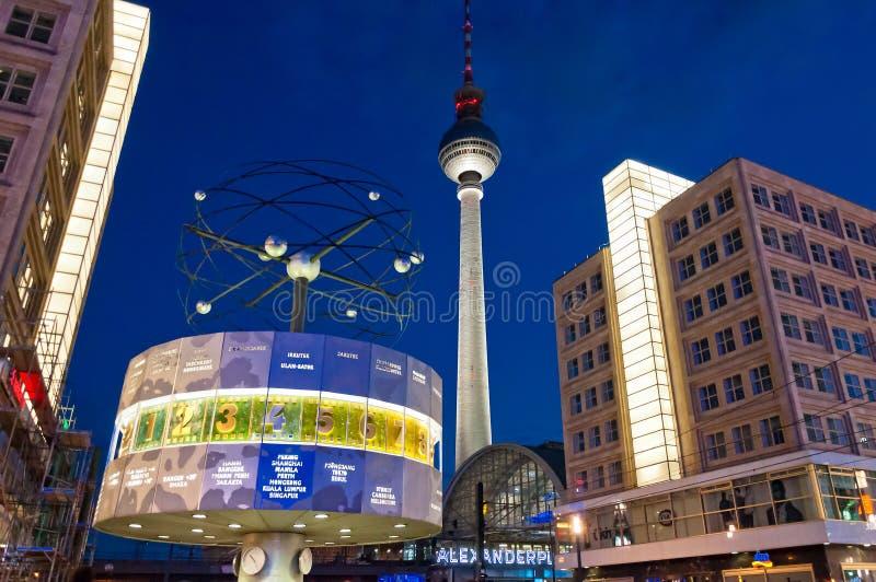 La torre ed il mondo della TV cronometrano la vista di notte a Berlino fotografia stock