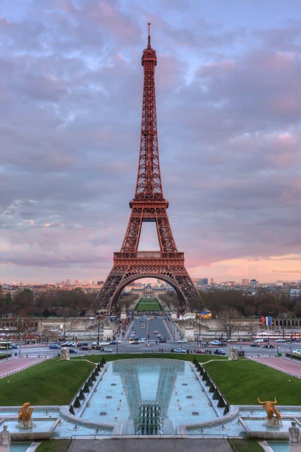 La Torre Eiffel al tramonto immagini stock libere da diritti