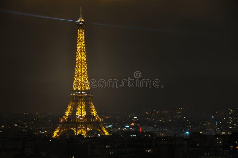 La torre Eiffel alla notte osservata da Arc de Triomphe, Parigi, franco immagine stock
