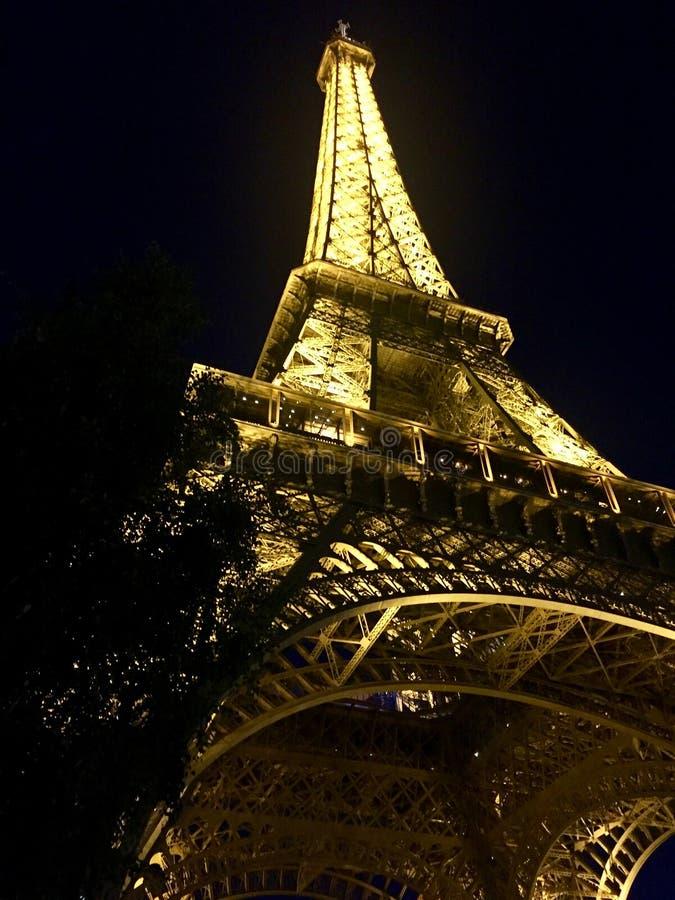 La torre Eiffel bajo luces basa a la visión superior, París Francia foto de archivo