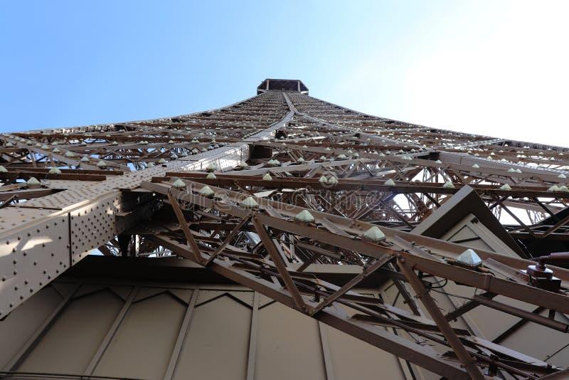 La torre Eiffel e si accende vicino immagini stock
