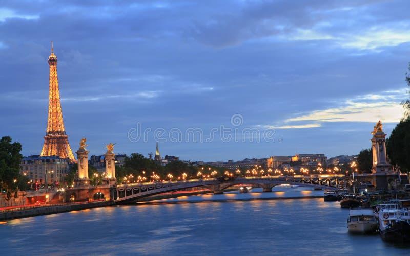 La torre Eiffel ed Alexandre III gettano un ponte su al crepuscolo, Parigi fotografia stock libera da diritti
