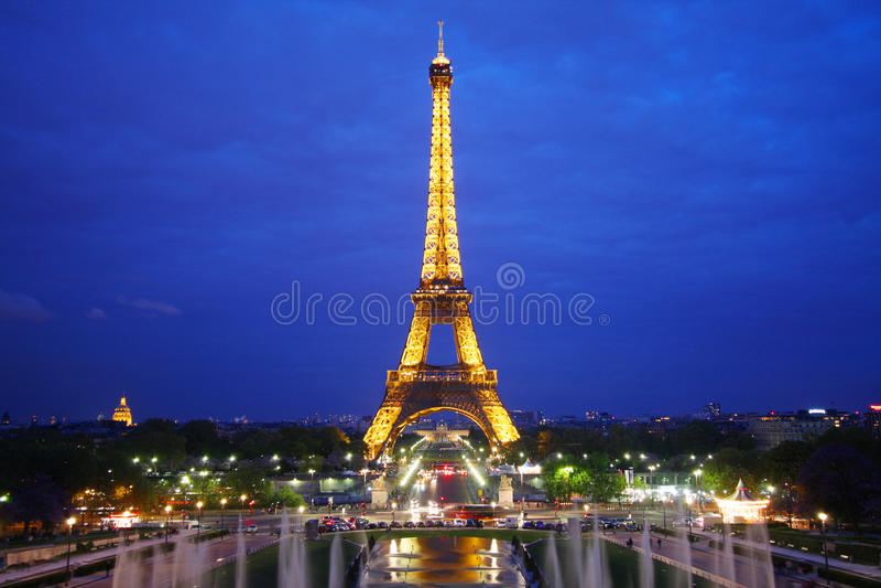 La torre Eiffel en París imagen de archivo libre de regalías