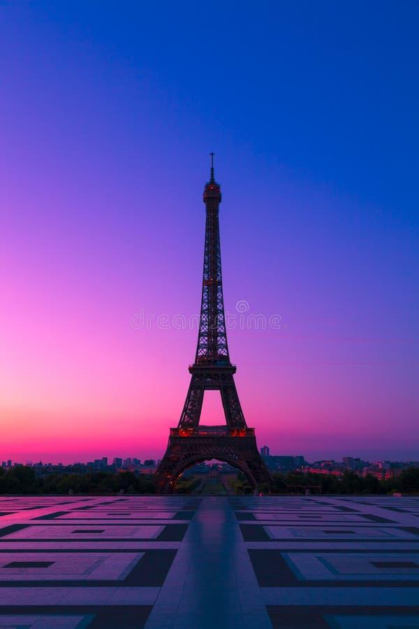 La torre Eiffel en París en el amanecer imagen de archivo libre de regalías