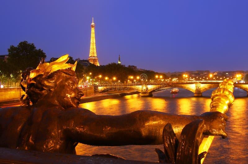 La torre Eiffel en París en la noche foto de archivo libre de regalías