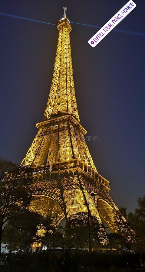 La torre Eiffel iluminada fotografía de archivo libre de regalías
