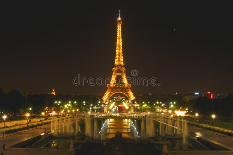 La torre Eiffel, Parigi, Francia si è accesa alla notte immagine stock