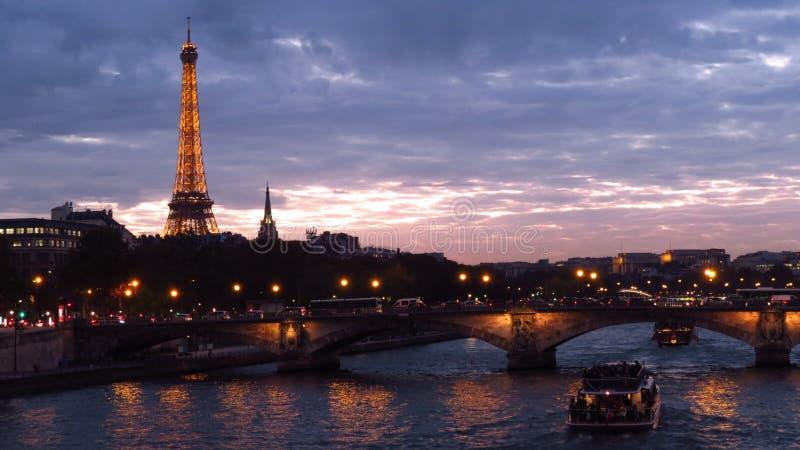 La torre Eiffel y el puente de Alejandro III imagen de archivo