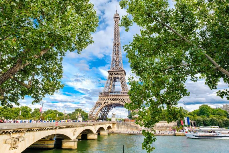 La torre Eiffel y el río el Sena en París en un día de verano fotografía de archivo libre de regalías
