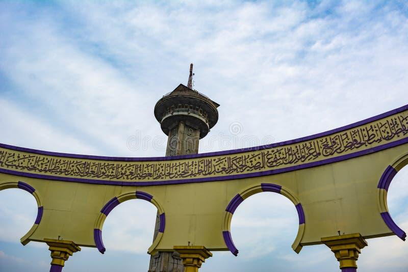 La torre en la Gran Mezquita del centro de Java Masjid Agung Jawa Tengah en Semarang, Indonesia imágenes de archivo libres de regalías