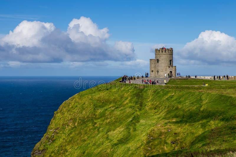 La torre en los acantilados de Moher, Irlanda foto de archivo