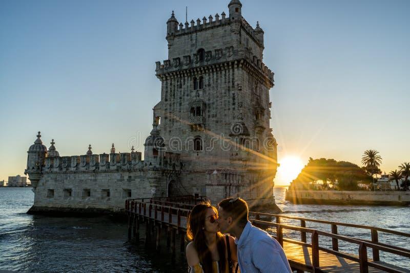 La torre famosa de Belem de Lisboa Portugal en la puesta del sol foto de archivo