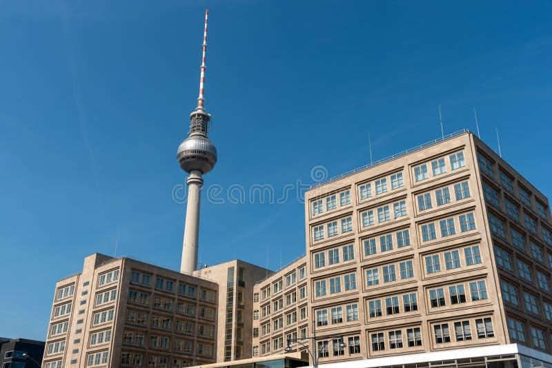 La torre famosa de la televisión y algunos edificios a partir de tiempos de RDA imagen de archivo libre de regalías
