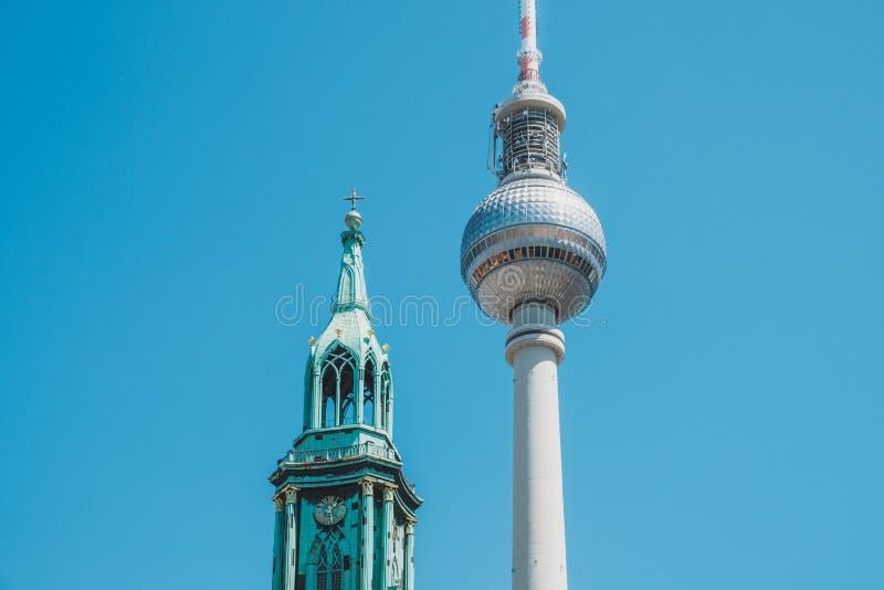 La torre Fernsehturm de Berlin Television e iglesia St Mary en Berlín, Alemania fotografía de archivo