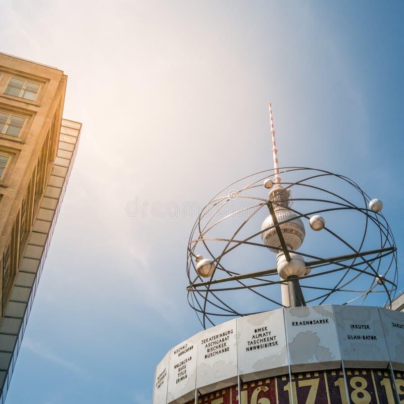 La torre Fernsehturm della TV ed il mondo famoso cronometrano a Alexanderplatz a Berlino immagini stock