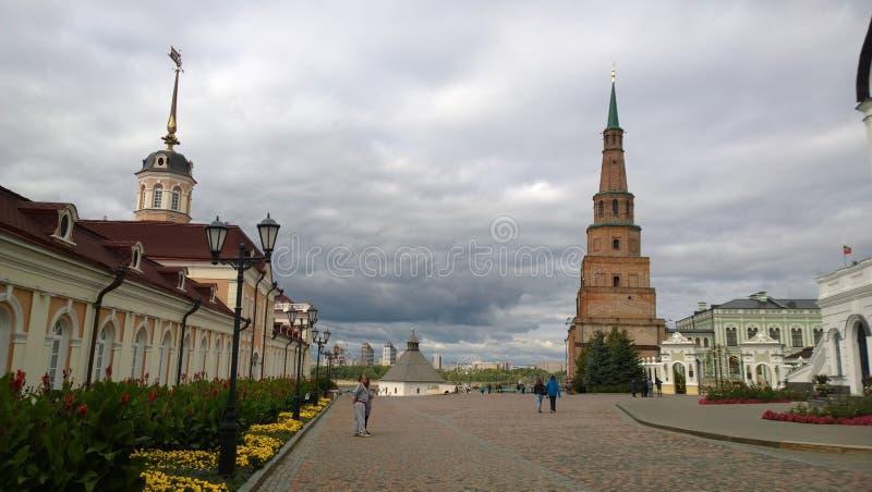 La torre inclinada en Kazán imagen de archivo