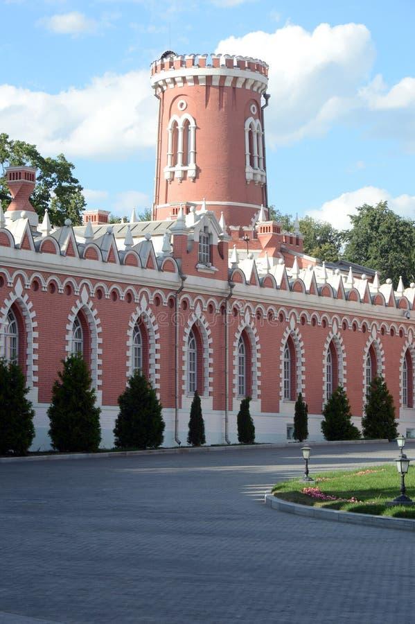 La torre la tarde del palacio de Petrovsky imagenes de archivo