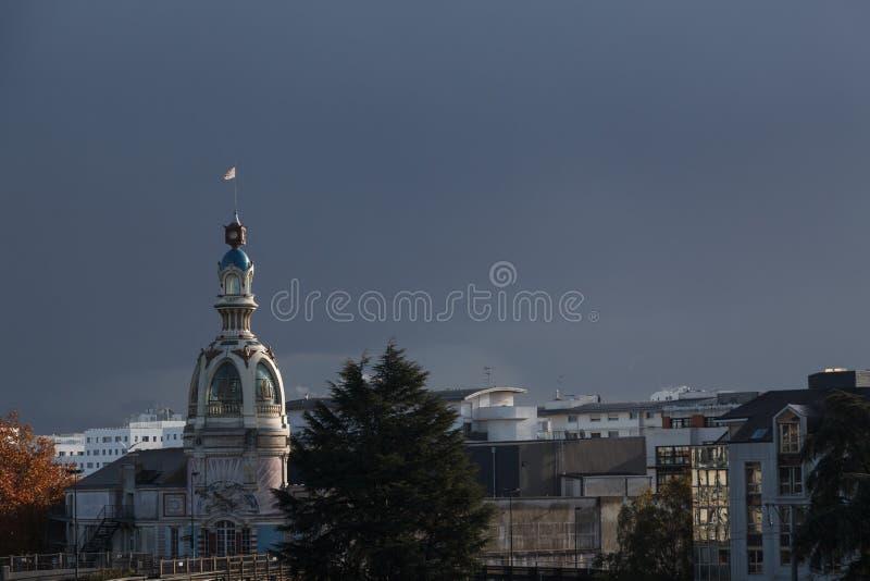La torre LU, situada en el lugar único del castillo de Nantes en el día lluvioso Francia fotos de archivo