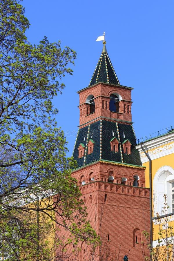 La torre media di Arsenalnaya del giorno di molla soleggiato di Cremlino di Mosca immagini stock
