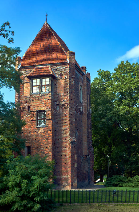 La torre medieval de ladrillos en Szamotuly fotografía de archivo