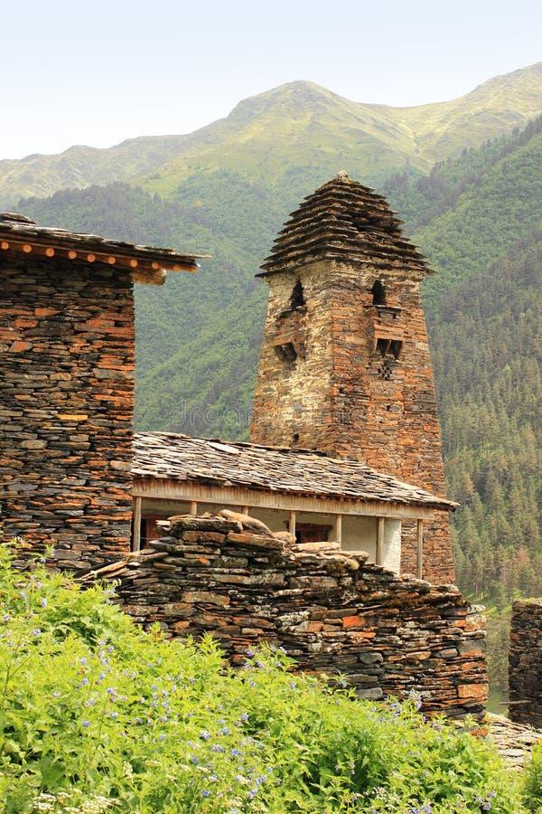 La torre nel villaggio di Dartlo Regione di Tusheti (Georgia) immagini stock libere da diritti