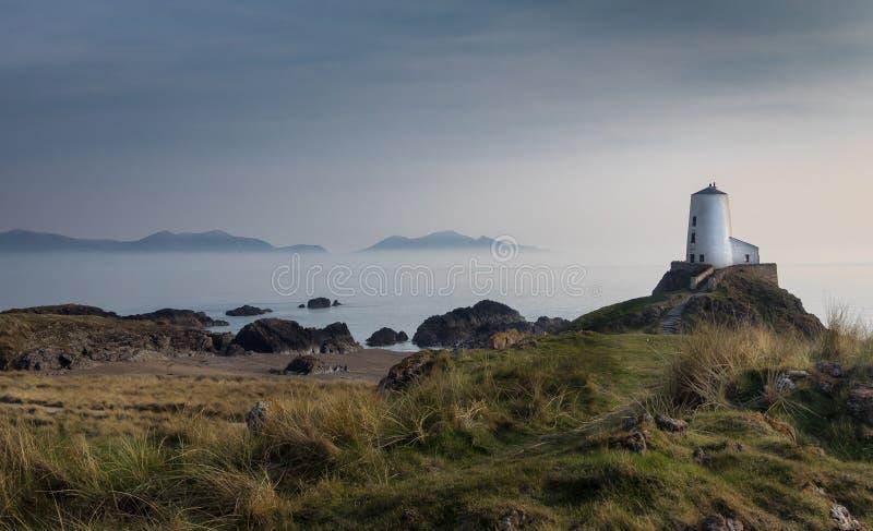 La torre nell'isola di Llanddwyn della foschia, Anglesey, Galles immagini stock libere da diritti