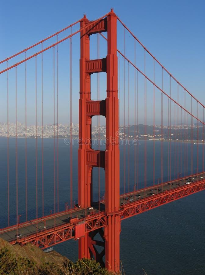La torre norteña del puente de puerta de oro se centró foto de archivo