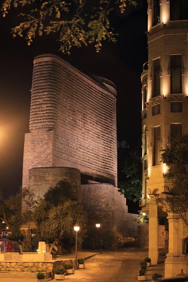 La torre nubile nella città di Bacu fotografia stock libera da diritti