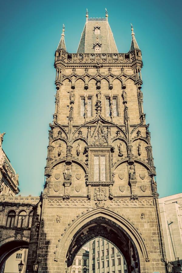 La torre o el Prasna Brana del polvo en Praga, República Checa vendimia imagenes de archivo