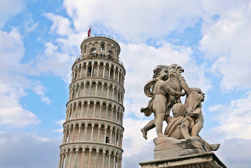 La torre pendente di Pisa e statua degli angeli fotografia stock libera da diritti